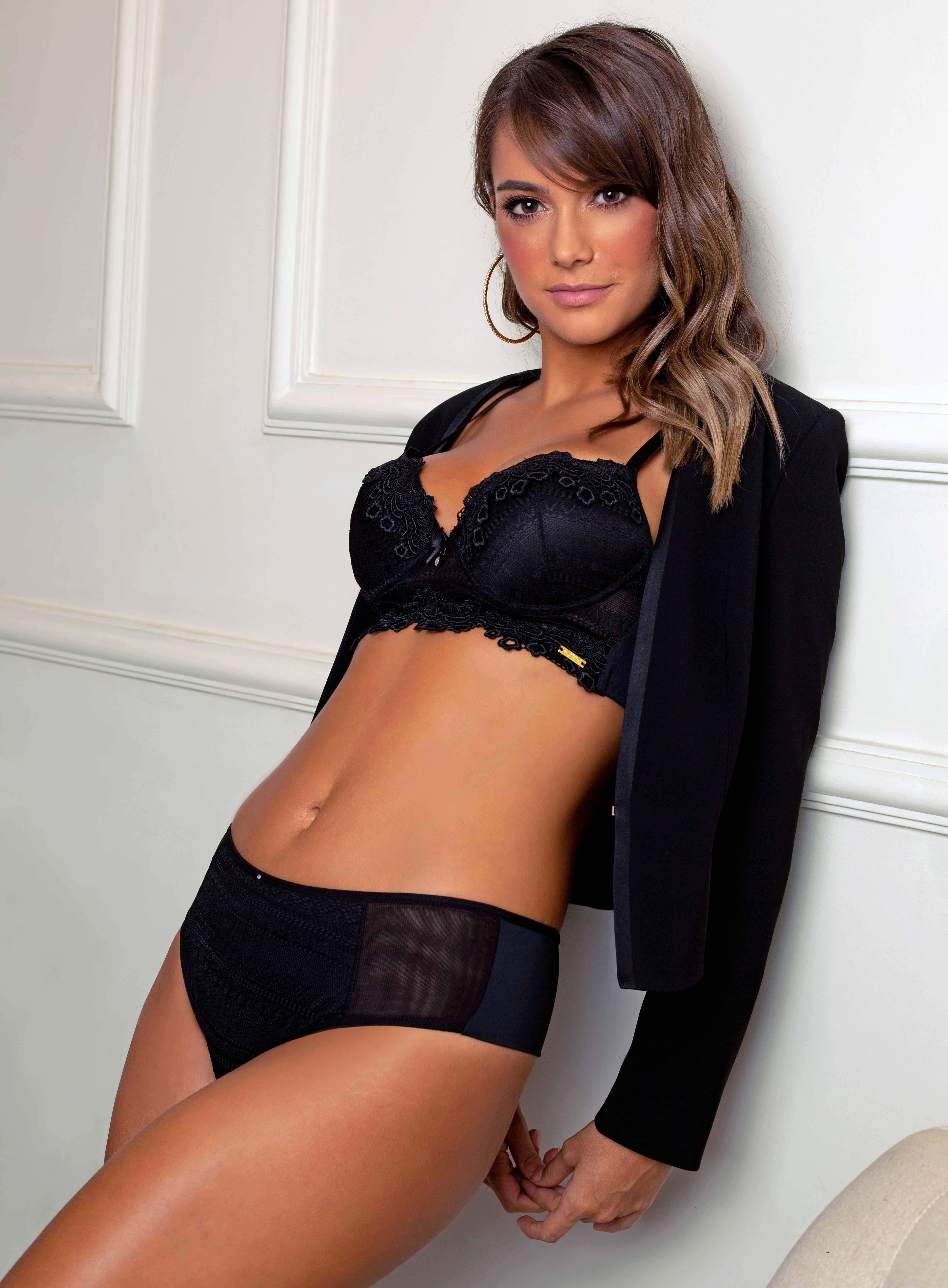 Modelo com conjunto de lingerie preto com renda e tule.