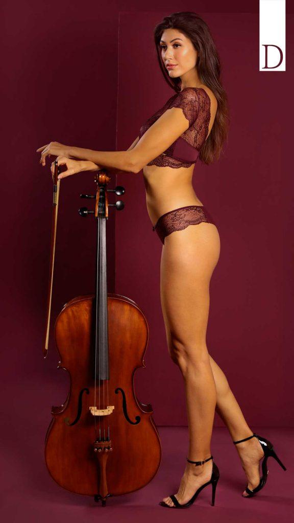 Modelo de lado e apoiada no violoncelo.