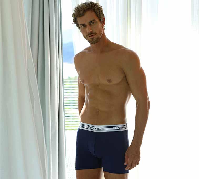 Modelo usando cueca boxer Diamantes na cor azul marinho.