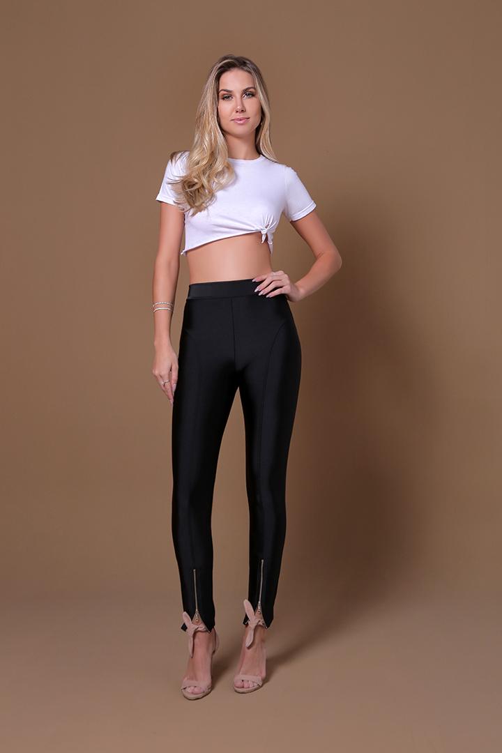 Efeito da calcinha corte a laser embaixo da roupa. A calcinha fica invisível, proporcionando à mulher mais segurança e conforto ao vestir roupas mais justas.