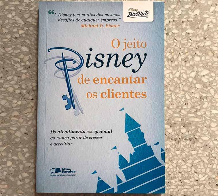 """Capa do livro """"O Jeito Disney de Encantar Os Clientes""""."""