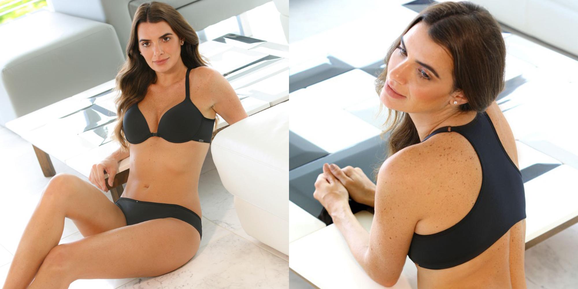 Na foto da esquerda mostra a lingerie completa na cor preta na modelo. Na foto da direita mostra apenas as costas do sutiã. Em ambas as fotos a modelo está sentada no chão apoiada em uma mesa de centro.