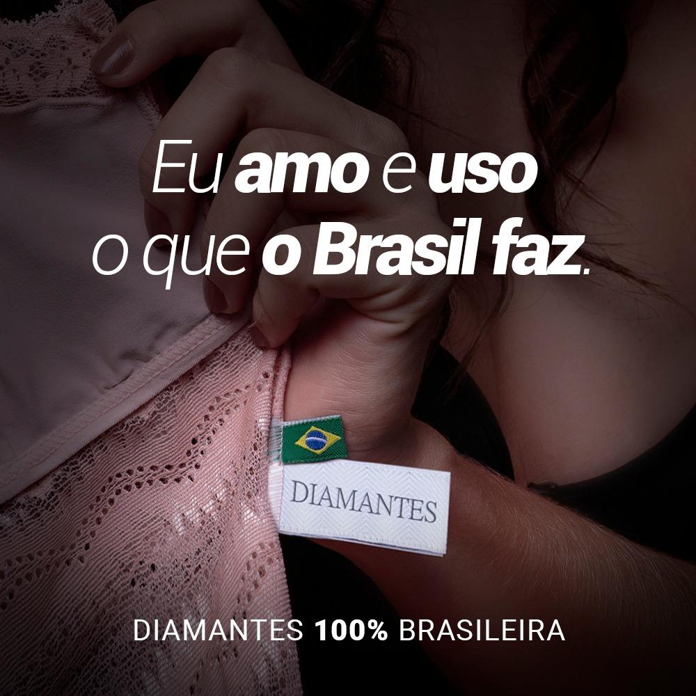 """Imagem de uma mão segurando um produto Diamantes destacando duas etiquetas: uma com a logo da Diamantes e outra personalizada com a bandeira do Brasil. Ao lado da imagem tem uma frase que diz: """"Eu amo e uso o que o Brasil faz""""."""