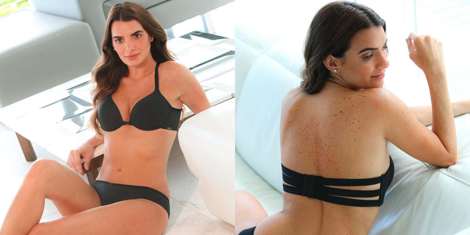 Imagem com duas fotos. No lado direito modelo sentada no chão vestindo lingerie com sutiã push-up. Na imagem da esquerda modelo estada sentada de costas mostrando sutiã sem alças com tiras. Ambas as lingeries são na cor preta.