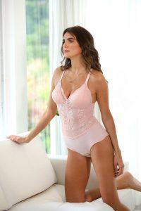 Modelo usando body Diamantes na cor rosa, com renda de design francês e zero marcas.