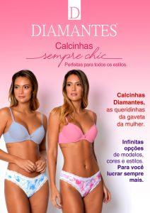 Fundo degradê rosa e branco. Lettering: Logo Diamantes, Logo Calcinhas Diamantes. Duas modelos, a esquerda usa sutiã azul e calcinha azul estampada. Modelo à direita usa sutiã rosa e calcinha estampada rosa.
