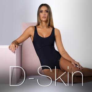 """Modelo sentada apoiada no banco rosa, usando body D-Skin na cor preta, e olhando para a câmera. Em baixo, lettering com o nome """"D-Skin""""."""