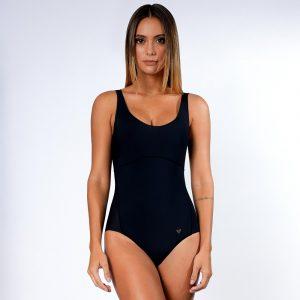 Modelo em pé usando body D-Skin na cor preta.