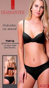 Modelo usa lingerie Diamantes na cor preta. A modelo veste sutiã push up com sutiã base. Na imagem ao lado da modelo, mostra a modelo de costas.