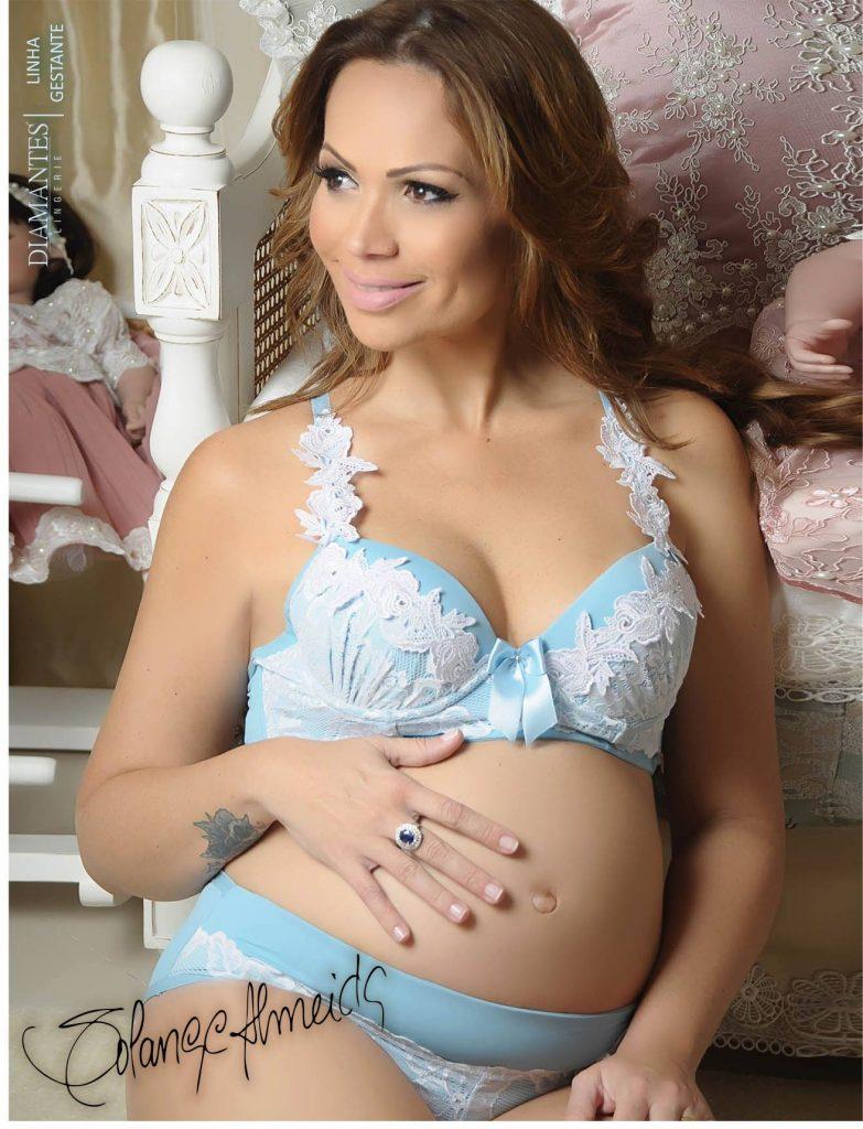 Cantora Solange Almeida vestindo uma lingerie Diamantes azul com detalhes em cor branca. A imagem é do ano de 2015, ano da gravidez da filha caçula de Solange.