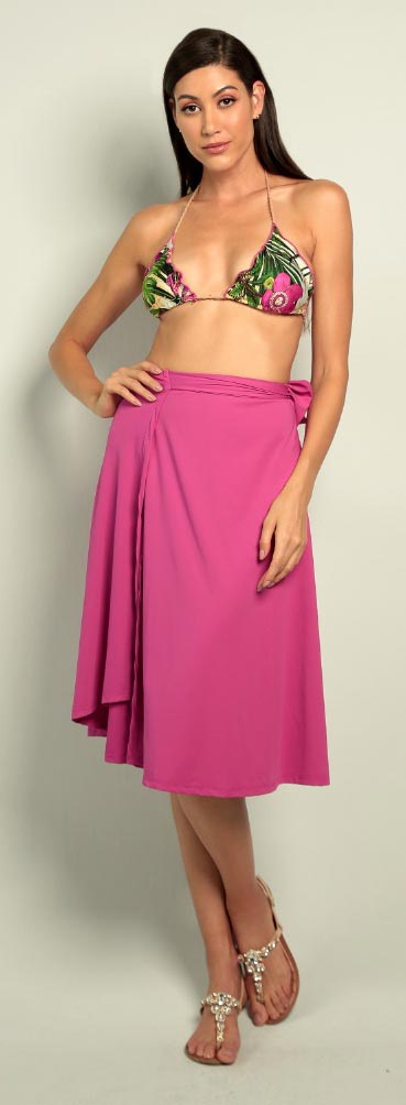 Modelo veste saia resort Diamantes na cor rosa.