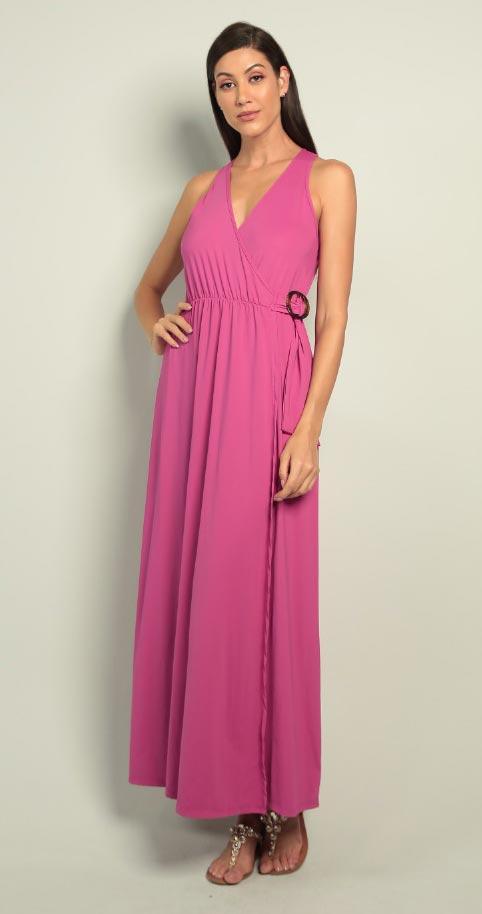 Modelo veste vestido longo resort Diamantes na cor rosa.