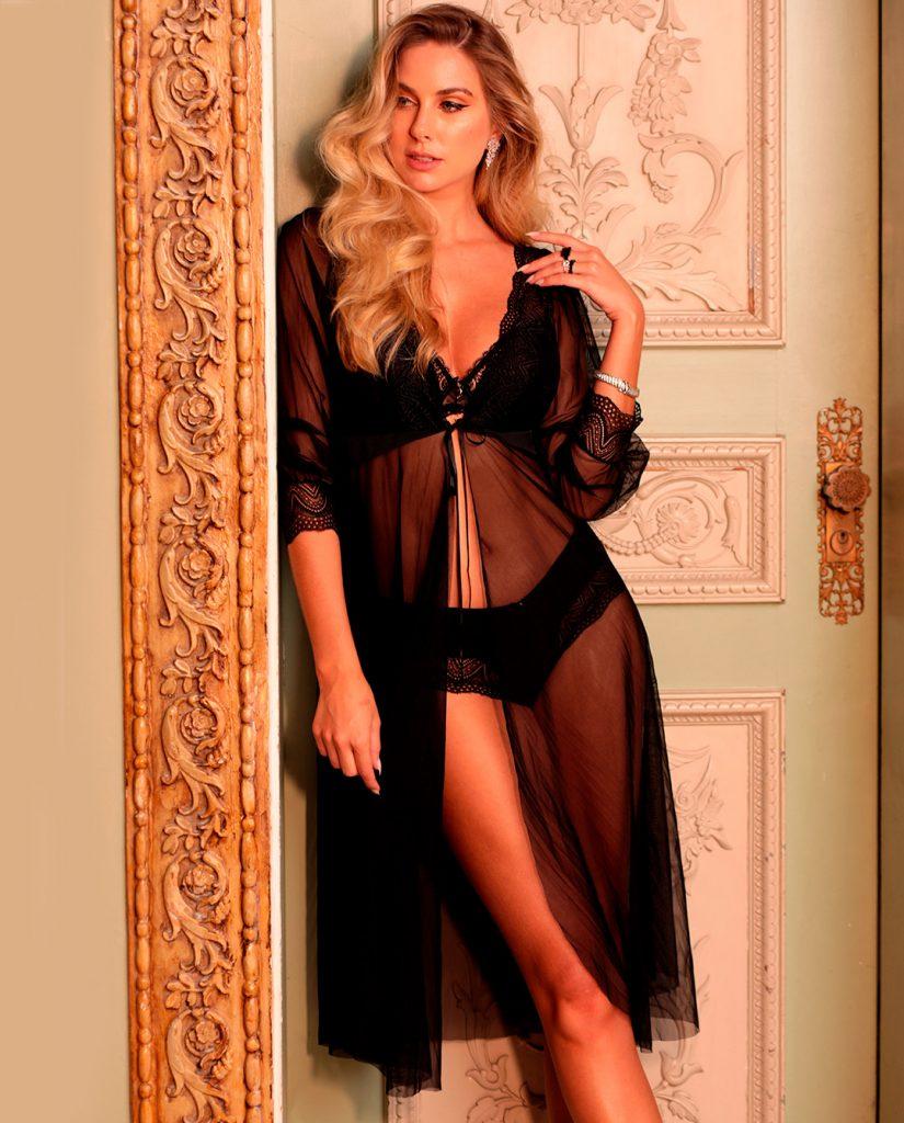 Modelo usando lingerie preta Diamantes e Roby Diamantes em tule preto por cima.