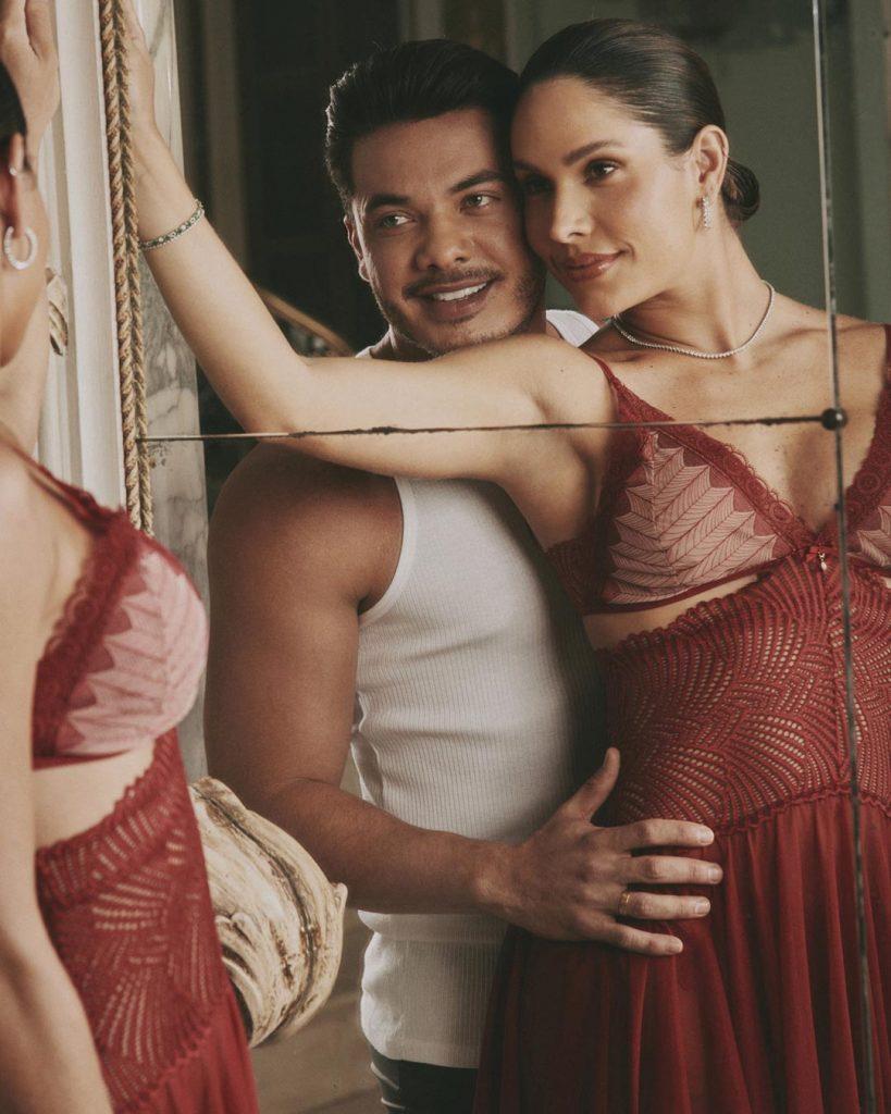 Casal Wesley Safadão e Thyane Dantas usando lingerie Diamantes, se olhando e sorrindo.