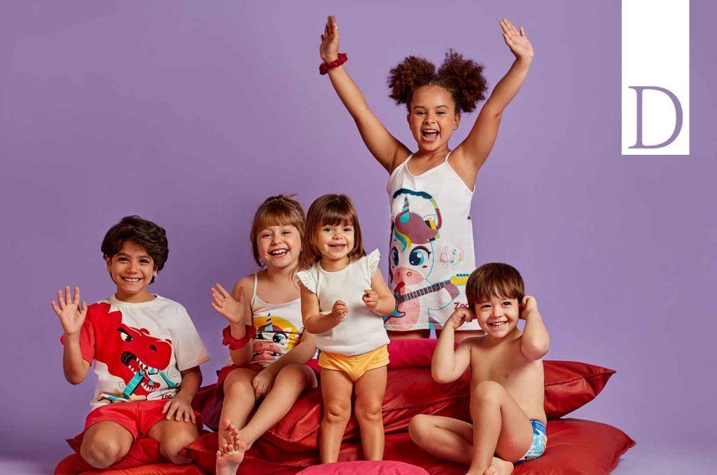 Foto com crianças de diferentes idades usando pijamas, kits calcinha e kits cueca Diamantes.